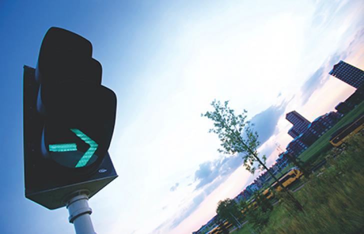 Intelligente Ampel regelt den Verkehr